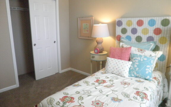 A Secondary bedroom in the Wellington X348F6 by Palm Harbor Homes in Plant City, Florida.