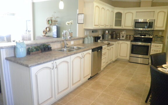 Huge eat-in kitchen - Wellington X348F6 by Palm Harbor Homes